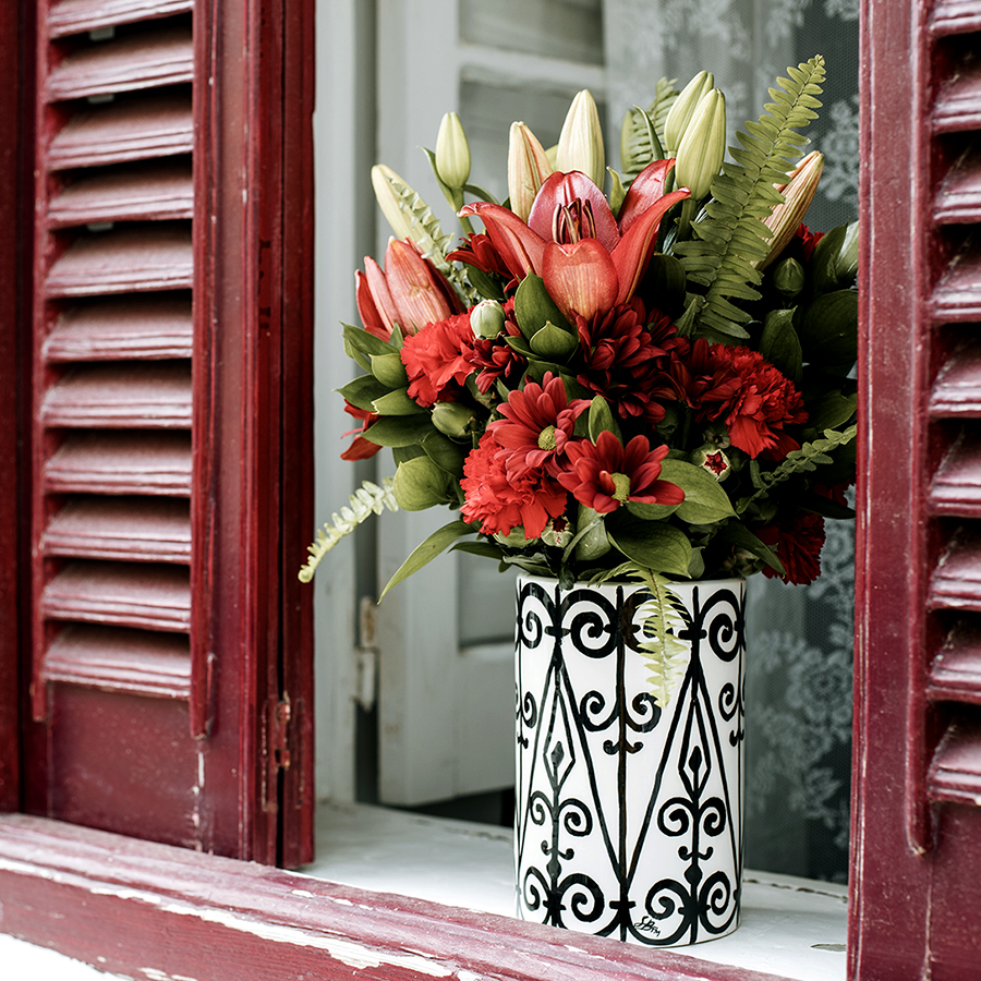 Vase Felhana with red flowers