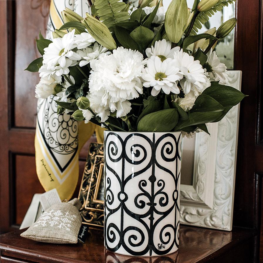 Vase Hanina+white flowers set up